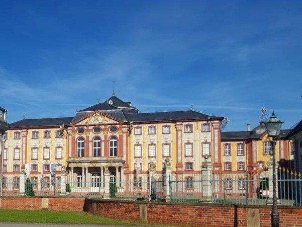 Bruchsal_Teilansicht_Schloss.jpg