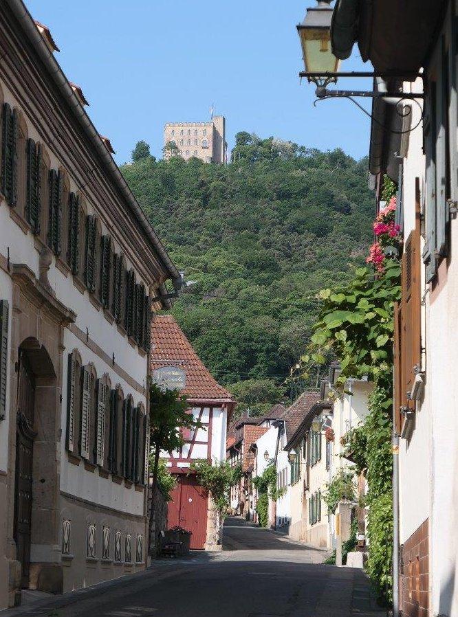 Hambach_Blick_auf_das_Schloss.jpg