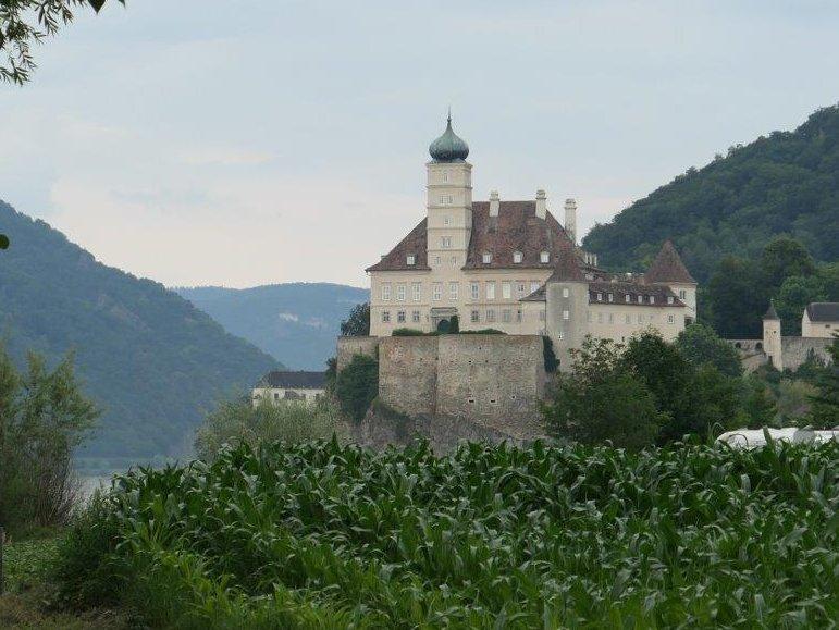 Schloss_Schoenbuehel.jpg