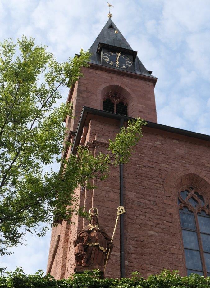 St.Martin_kath.Kirche_mit_Statue_St.Martin.jpg