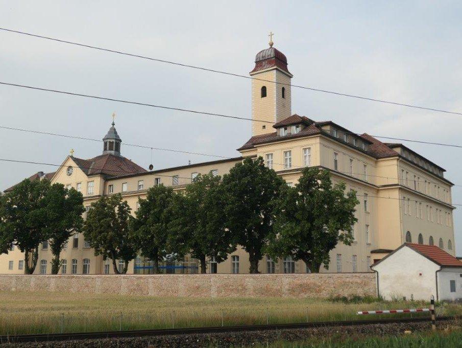 Stockerau_Kloster_und_Kirche_St.Koloman.jpg